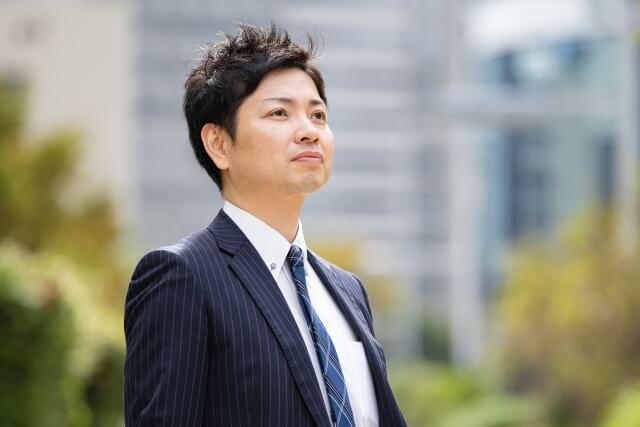 爽やかな表情のビジネスマン